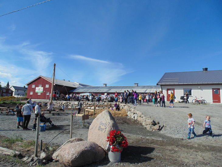 Foran fjøset mye folk og velkomststein på Saltbones sin gård på Lauvøya