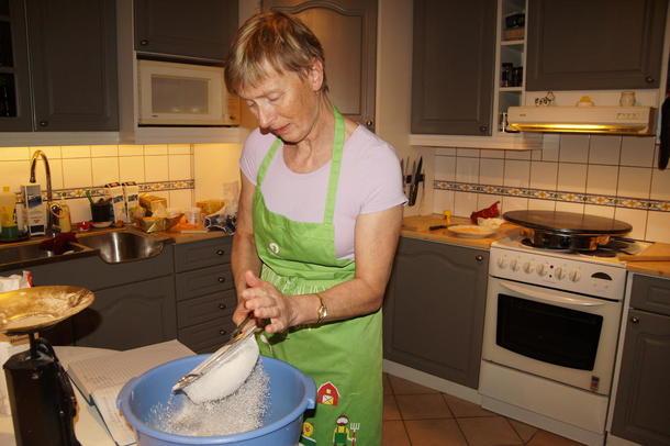 POTETMOS GJER SUSEN: Flatjord fortel at ho brukar potetmos, framfor vanlege poteter i potetkakene.