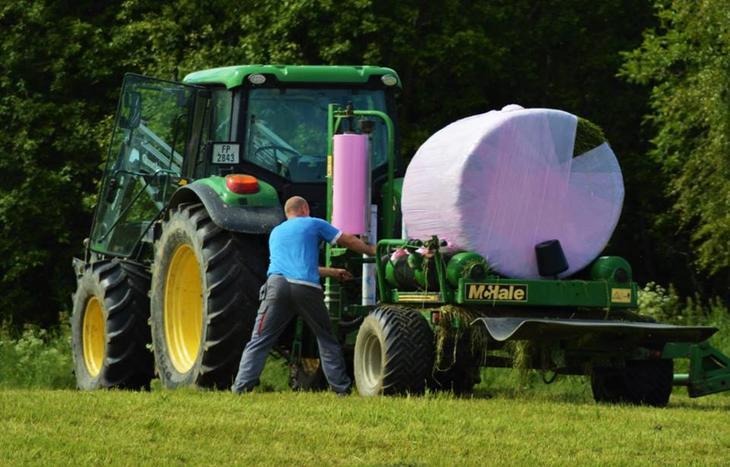 Pakking av rundballe med rosa plast