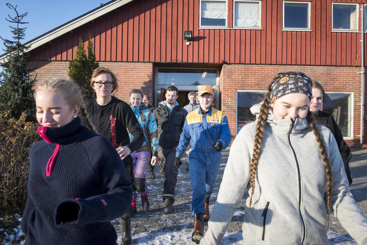 Ungdom strømmer ut av fjøset på Skjetlein