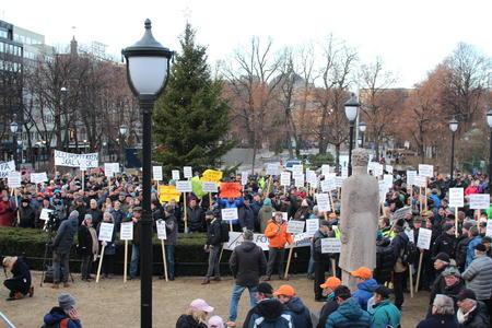 Et par tusen møtte frem foran Stortinget for å markere sitt synspunkt på at den planlagte ulvefellingen ble stoppet før jul.
