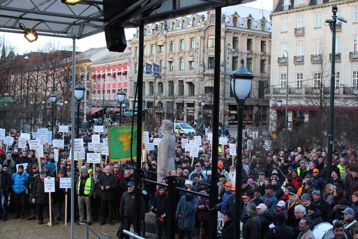 Et par tusen møtte frem foran Stortinget for å markere motstand mot Klima-og miljødepartementets stans av den planlagte ulvejakta.