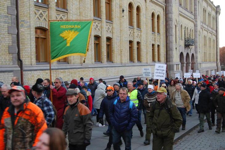 Flere hundre møtte opp 4.januar 2017 for å vise sin uenighet med regjeringens ulvepolitikk.