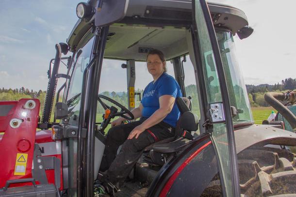 Frøydis Haugen i traktor