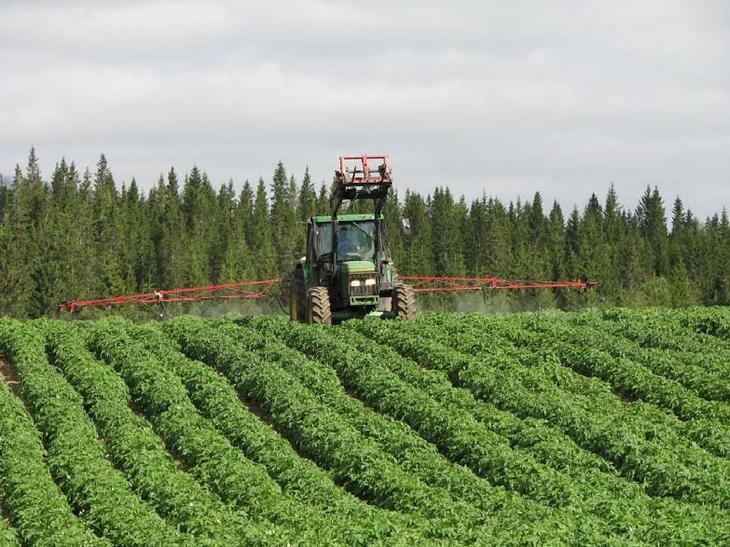 traktor med spredeuststyr