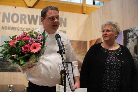 Nils Henning Nesje utnevnes til bondelagskokk av Brita Skallerud.