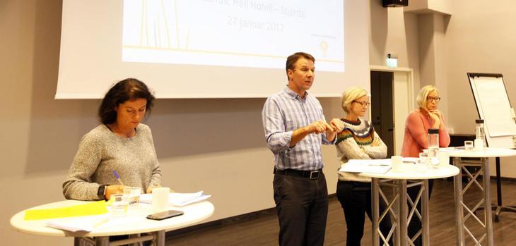 - En utfordrende landbrukspolitisk tid der mye av grunnlaget for politikken blir utfordret av regjeringen, sa bondelagsleder Lars Petter Bartnes i debatten. Der deltok fra venstre Torild Aarbergsbotn (H), Ingvild Kjerkol (Ap) og Marit Arnstad (Sp).