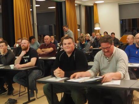 Folk på rad i møtesal under mulighetsmøte på Hitra