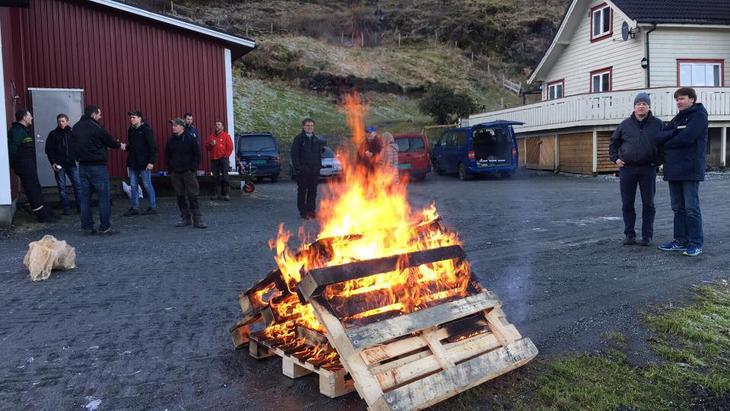 Samling rundt bålet på Bahus, Bergen Bondelag og Os Bondelag