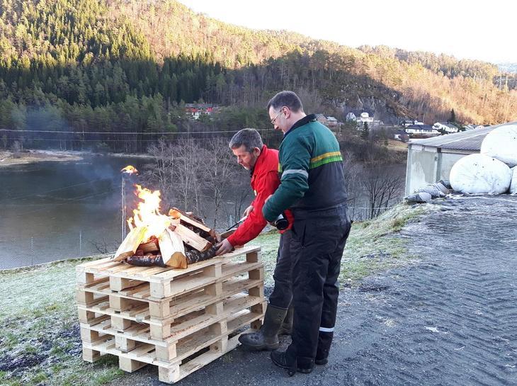 Eivind Myrdal og Olav Botnevik tenner bålet