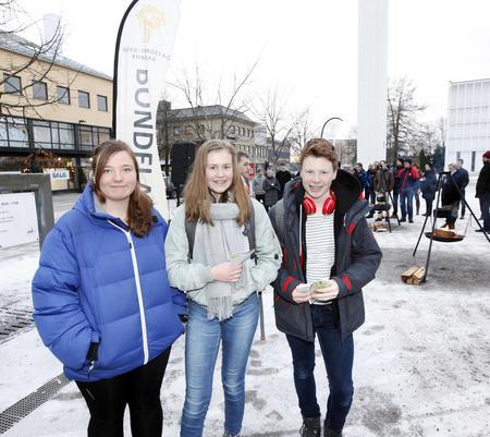 Ungdomsskoleelevene Maja Finnboe Fornes (til venstre), Synnøve Hervik og Jon Martin Brenne Lien stoppet opp for å høre på appellene på torget i Steinkjer. Synnøve har planer om ta Mære landbruksskole, og er opptatt av landbrukspolitikk. - Bønder skulle fått litt bedre betalt, sier hun.