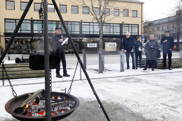 - Vi brenner bål i dag for å markere uenighet med den stortingsmeldinga om jordbrukets framtid som regjeringa har lagt fram, sa leder Asbjørn Helland i Nord-Trøndelag Bondelag i sin appell.