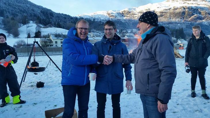 Ordførar Hans-Erik Ringkjøb, varaordfører Sigbjørn Hauge og leiar i Voss Bondelag Lars Istad saman om eit levande landbruk på Voss.