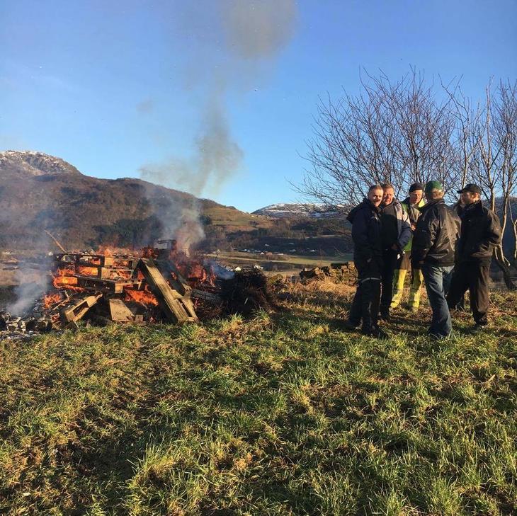 Etne Bondelag fekk med seg ordførar Siri Klokkerstuen då dei brann bål for landbruket