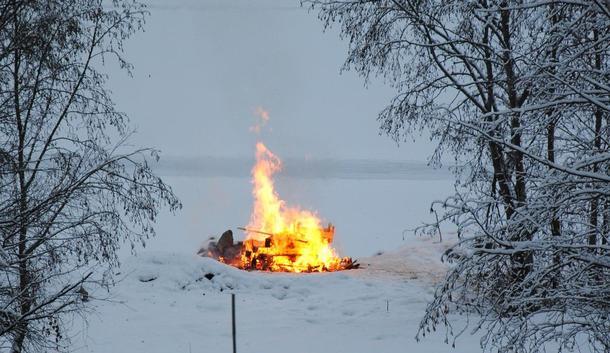 Bål ved Mjøskanten ved garden Hov sør for Lillehammer. Foto: Astrid Simengård