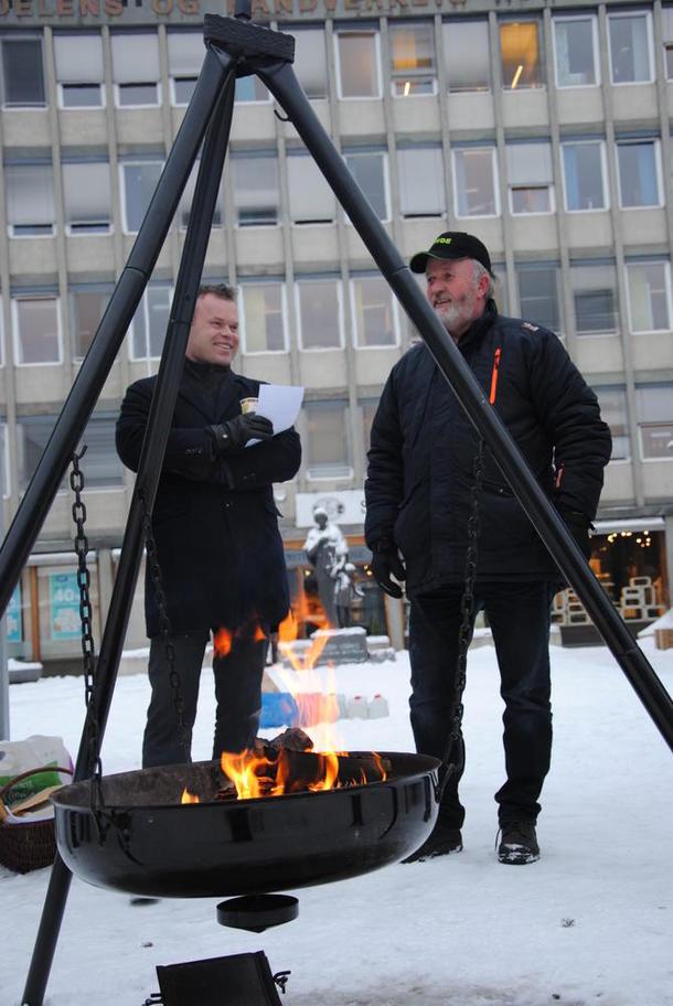 Ordfører i Lillehammer Espen Johnsen og fylkesleder Trond Ellingsbø på HH-plassen i Lillehammer sentrum. Foto: Astrid Simengård