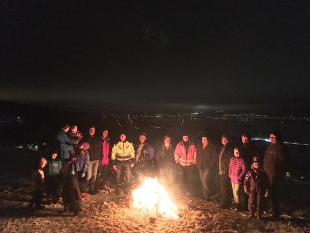 Mange var samlet rundt bålet på jordet hos familien Bratvold. I bakgrunnen skimtes lysene i Jevnaker sentrum. Foto: Jane Dahl Sogn