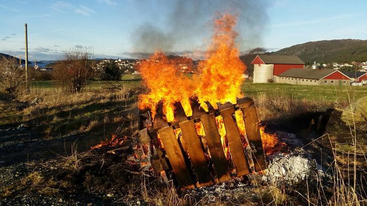 Fitjar Bondelag og Bygdekvinnelag brant to bål, et synlig ved veien og et i Fitjar sentrum, sier Bjørg som er leder for HBK