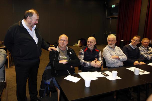 Marvin Wiseth ga deltakerne i oppgave å si hva de var stolte av, og hva de kan bli bedre av. Gerhard Røsseth fra Foldereid var en av dem som måtte svare.