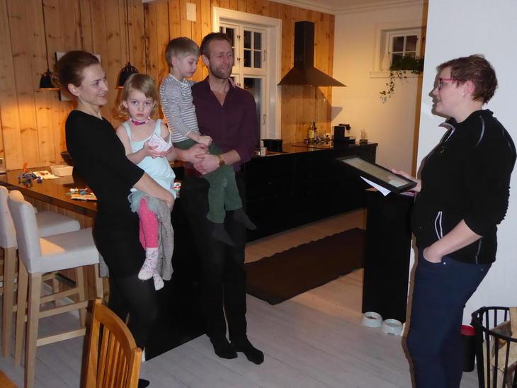 Bodhild Fjelltveit deler ut prisen.