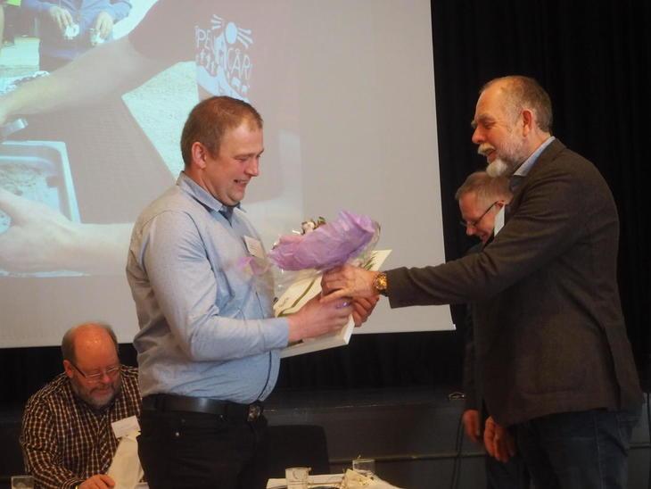 Sigbjørn Gilde overrekkes blomster av Lars M Rosmo for prisen Årets Lokallag 2016