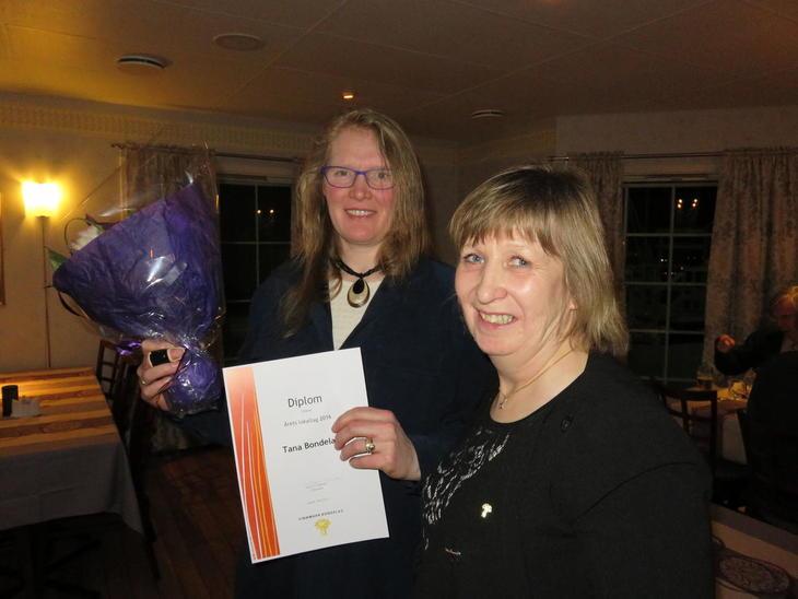 Tana Bondelag får prisen for årets lokallag i Finnmark av fylkesleder Grete-Liv Olaussen.