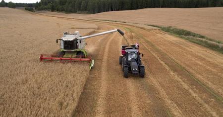 Tresker og traktor med tilhenger