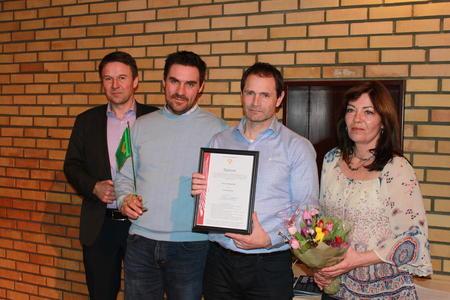 Leder i Norges Bondelag Lars Petter Bartnes til venstre og representanter fra Råde Bondelag