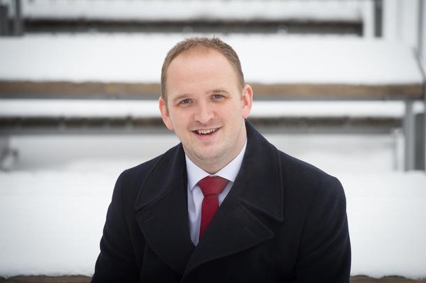 Statsråd Jon Georg Dale vil fjerne støtten til frivillige organisasjoner.