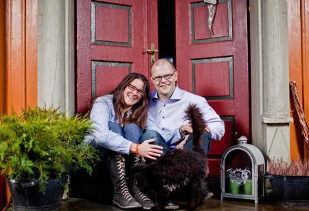 Grete og Svein på trappa foran huset