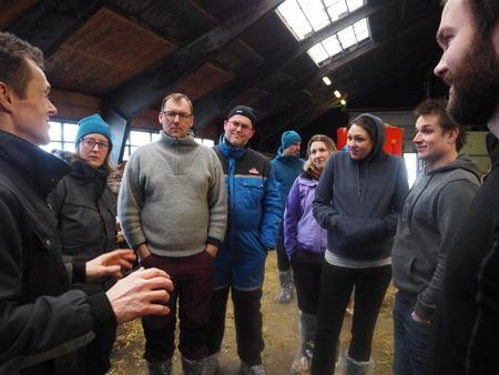Unge bønder på forbrettet hos Reins Kloster gård