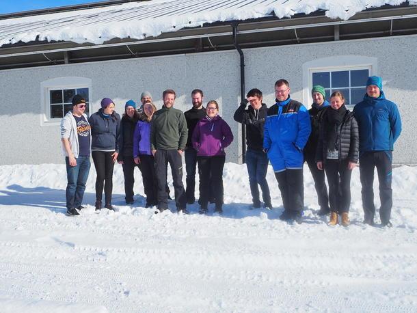 Gjeng unge bønder utenfør fjøset hos Stordalen Samdrift i Åfjord