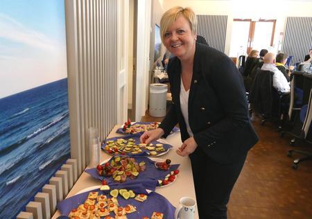 Fylkesordførar Solveig Ege Tengesdal kosa seg med rogalandsmat.