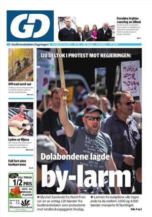 Folk fra hele Oppland deltok under demonstrasjon i Oslo etter bruddet i jordbruksforhandlingene. Her er det deltakere fra Fron som fikk en svært synlig plass i lokalavisa etter demonstrasjonen