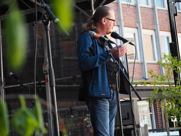 Rosablogger og humorist fra Nord-Trøndelag, Terje Årseth, holdt appell i bakgården til Landbrukets Hus før opptoget marsjerte gjennom sentrumsgatene.