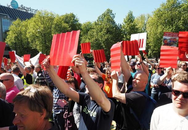 Jon Georg Dales innlegg til de frammøtte foran Stortinget var rungende stillhet og en forsamling fylt av røde kort.