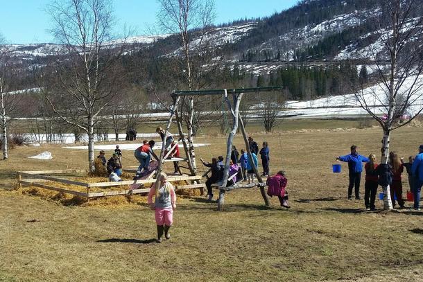 Både voksne og barn hygget seg på gården til Bente og Øyvind, og omtrent 150 frammøtte nøt en flott dag i fantastisk utevær. Perfekt for Åpen Gård!