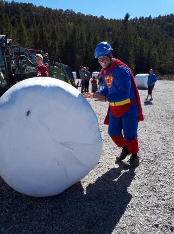 Rundballerulling tiltrakk mange, også Supermann!