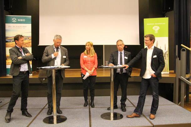 Møteleder Andrew Kroglund sammen med panelet bestående av Frode Davidsen (kommunal- og moderniseringsdepartementet), Nina Syversen (Asplan Viak), Terje Moe Gustavsen (Statens Vegvesen) og Lars Eide (Bane Nor).