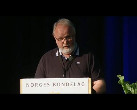 Trond Ellingsbø på talerstolen under årsmøtet i Norges Bondelag.