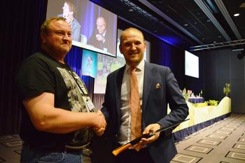 Odd Bjarne Bjørdal, Ørsta, overrakte ryddesag til landbruksminister Jon Georg Dale, Volda.