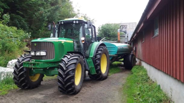 Traktor med gjødselvogn