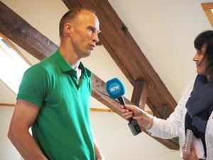 Karl Bernhard Hoel, grunneier langs E6 og medlem av Verdal Bondelag, ble intervjuet av NRK Midtnytt om konsekvensene av utbyggingen.