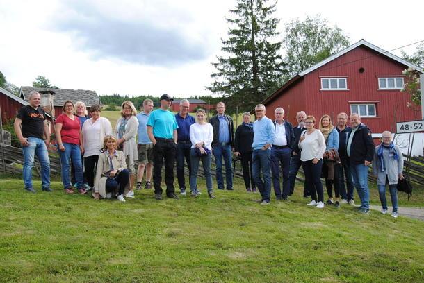 Hele gruppa med politikere og andre beslutningstakere på Høvren gard.