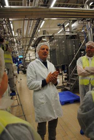 Meierisjef Erik Isum under deler av rørene som sørger for grøt.