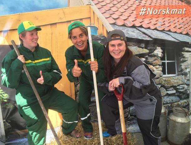Marit Epletveit, Heidi Skifjell og Lisa Breiland tok i mot gladmatgjester på standen til Rogaland bondelag.