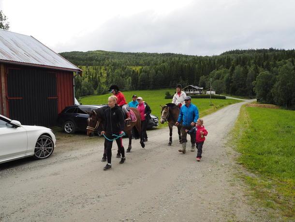 Barna fikk rideturer en etter en.