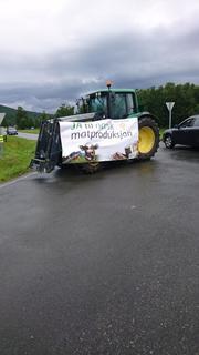 Traktor med banner fra Bondelaget