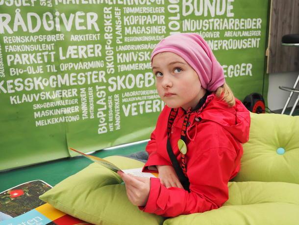 Anna Storrø (10) brukte mye tid på Bondelagsstand i helgen, og var en god landbruksrepresentant fra den yngre garde.