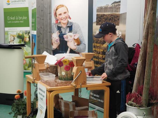 Kverning av korn ble en populær aktivitet ved bondelagsstanden.